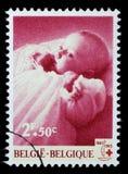 Stämpeln som skrivs ut i Belgien, är hängiven till den 100. årsdagen av det internationella Röda korset Royaltyfri Bild