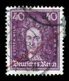 Stämpeln som skrivs ut i den tyska reichen, visar Gottfried Wilhelm von Leibniz royaltyfri fotografi