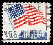 Stämpeln som skrivs ut i Förenta staterna, presenterar den vinkande USA-flaggan Arkivbilder