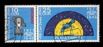 Stämpeln som skrivs ut i GDR från den 125. årsdagen av den Carl Zeiss Jena frågan, visar Geomat och planetariet Arkivfoto