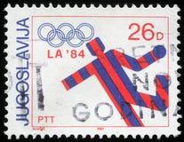 Stämpeln som skrivs ut i Jugoslavien, visar olympiska spel i Los Angeles Arkivbild