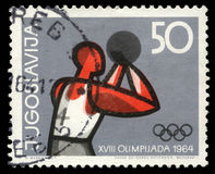 Stämpeln som skrivs ut i Jugoslavien, visar olympiska spel i Tokyo Royaltyfria Bilder
