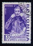 Stämpeln som skrivs ut i Rumänien, visar ståenden av den sovjetiska kosmonautet Georgy Titov, circa 1961 Royaltyfri Bild