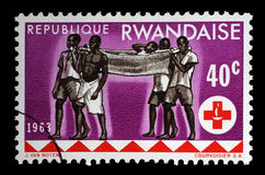 Stämpeln som skrivs ut i Rwanda, är hängiven till den 100. årsdagen av de internationella röda crosna Arkivfoto