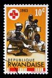 Stämpeln som skrivs ut i Rwanda, är hängiven till den 100. årsdagen av de internationella röda crosna Arkivfoton