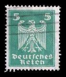 Stämpeln som skrivs ut i Tyskland, visar Eagle, vapensköld av Tyskland Arkivfoton