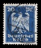 Stämpeln som skrivs ut i Tyskland, visar Eagle, vapensköld av Tyskland Fotografering för Bildbyråer