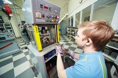 stämplar den electro mekaniska pressen för detaljer arbetaren Royaltyfri Foto