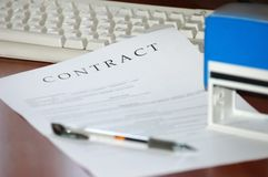 stämplat avtal som undertecknas Fotografering för Bildbyråer