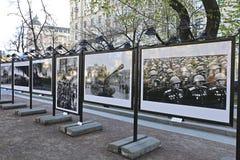 Stände mit alten Fotografien des Militärs während des Zweiten Weltkrieges Stockbilder