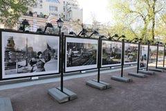 Stände mit alten Fotografien des Militärs während des Zweiten Weltkrieges Stockbild