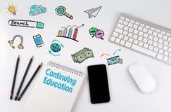 Ständige Weiterbildung Computertastatur und -Handy auf einer weißen Tabelle Stockfotos