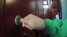 Stäng dörren med en tangent lager videofilmer
