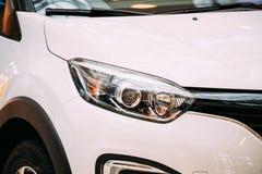 Stäng den vänstra billyktan av ny vit färg Renault Kaptur Car, fotografering för bildbyråer