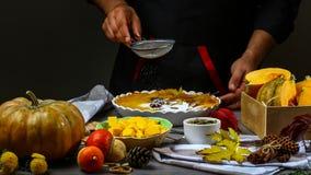 Stäng kockens händer strilar pudrat, klart dekorerar kakor olivgrön för olja för kök för kockbegreppsmat ny över hällande restaur royaltyfria bilder