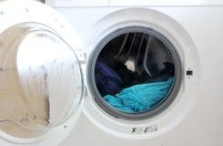 stäng maskinen som skjutas upp tvätt Arkivbild