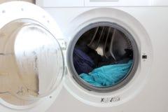 stäng maskinen som skjutas upp tvätt Arkivfoto