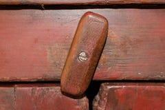 Stäng sig av det antika pajkassaskåpet låser upp arkivbild