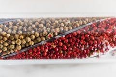 Stäng sig av en peppar maler upp med brun och röd peppar arkivbilder