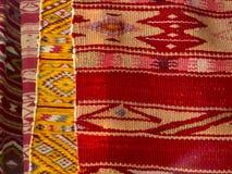 Stäng sig av fyra hängde upp färgglade handgjorda traditionella ullfiltar Fotografering för Bildbyråer