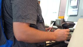 Stäng sig av händer rymmer upp passet Incheckning på självhjälpskrivbordet i flygplatsen, arkivbilder
