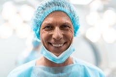 Stäng sig av lyckliga doktorer vänder mot upp att le glatt arkivbilder