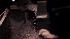 Stäng sig för att falla som är litet, vaggar upp från den krossande maskinen på en fabrik, industriell bakgrund Arbetande maskin  stock video
