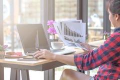 Stäng sig upp affärskvinnan som arbetar på en coffee shop arkivfoto