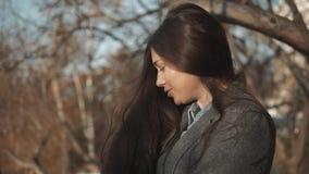 Stäng sig upp aftonståenden av att le den nätta kvinnan med gröna ögon, den sinnliga nya lyckliga framsidan, positiva sinnesrörel lager videofilmer