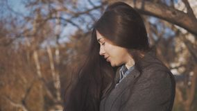 Stäng sig upp aftonståenden av att le den nätta kvinnan med gröna ögon, den sinnliga nya lyckliga framsidan, positiva sinnesrörel arkivfilmer