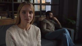 Stäng sig upp av älskvärd flicka med den fundersamma mannen stock video