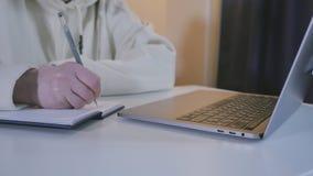 Stäng sig upp av affärskvinnan som arbetar med bärbar datordatoren arkivfilmer