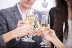 Stäng sig upp av affärslaget som rostar med Champagne Arkivbild