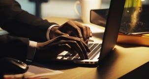 Stäng sig upp av affärsman genom att använda bärbar datordatoren som på övertid sent arbetar på natten Händer av freelanceren som stock video