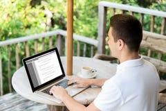 Stäng sig upp av affärsman med bärbara datorn på terrass royaltyfria foton