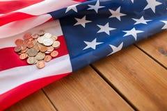Stäng sig upp av amerikanska flaggan och pengar på trä Arkivbild