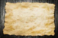 Stäng sig upp av antikt gammalt papper på träbakgrund arkivbilder