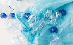 Stäng sig upp av använda plast- flaskor och racka ner på påsen Royaltyfri Fotografi