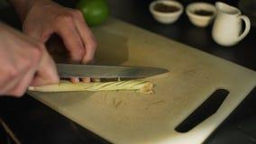 Stäng sig upp av att klippa en Lemongrass i ett kafé stock video