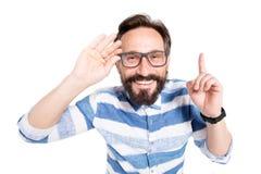 Stäng sig upp av att le mannen som pekar upp hans finger, medan vara lyckligt fotografering för bildbyråer