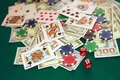 Stäng sig upp av att spela kort, tärna, chiper och kassa på den gröna kasinot royaltyfria foton