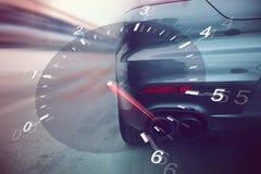 Stäng sig upp av att springa för bil på speedwayspår från baksida royaltyfria bilder
