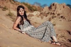 Stäng sig upp av attraktiv bärande bohotillbehör för den unga kvinnan Royaltyfria Foton