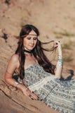 Stäng sig upp av attraktiv bärande bohotillbehör för den unga kvinnan Arkivfoto