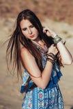 Stäng sig upp av attraktiv bärande bohotillbehör för den unga kvinnan Royaltyfri Fotografi