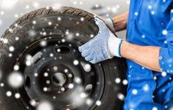 Stäng sig upp av auto mekaniker med bilgummihjulet Royaltyfria Foton