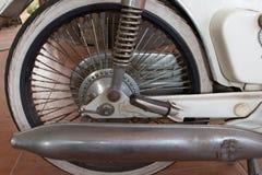 Stäng sig upp av avgasrör eller intag av den klassiska tappningmopeden som är populär tidigare Arkivfoto