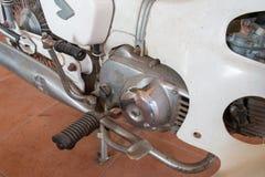 Stäng sig upp av avgasrör eller intag och stå motorcykeln av den klassiska tappningmopeden som är populär tidigare Royaltyfria Foton