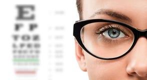 Stäng sig upp av bärande glasögon för den unga kvinnan royaltyfria bilder