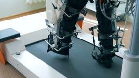 Stäng sig upp av ben av en manlig patient som får utbildad av en spårmaskin stock video